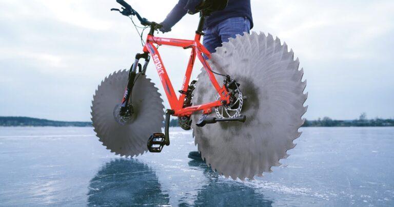 Geniale gek bouwt ijsfiets met gigantische zaagbladen
